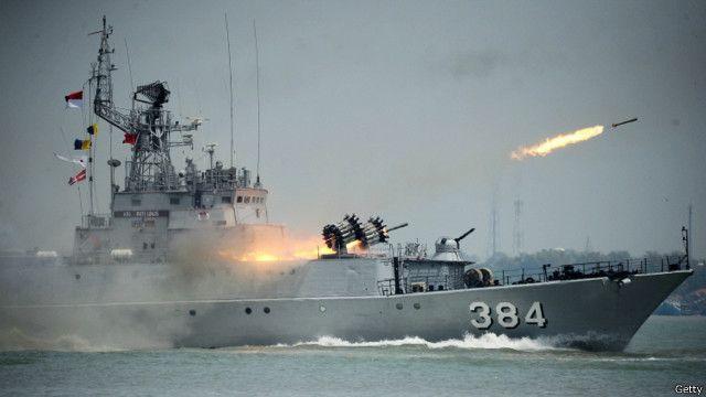 kapal milik tni al dalam sebuah latihan.